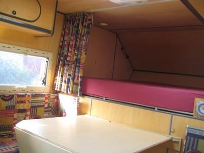 GlobeCab innen - Tisch und Bett